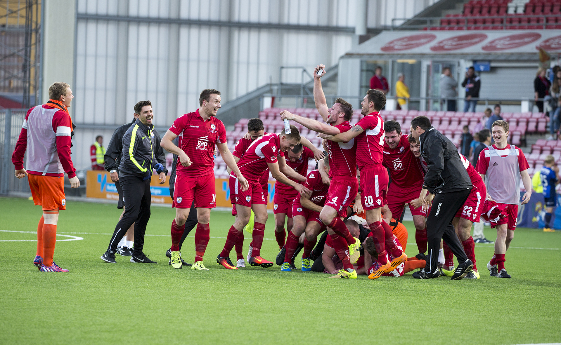 The Nomads players and staff celebrate their monumental victory | © NCM Media