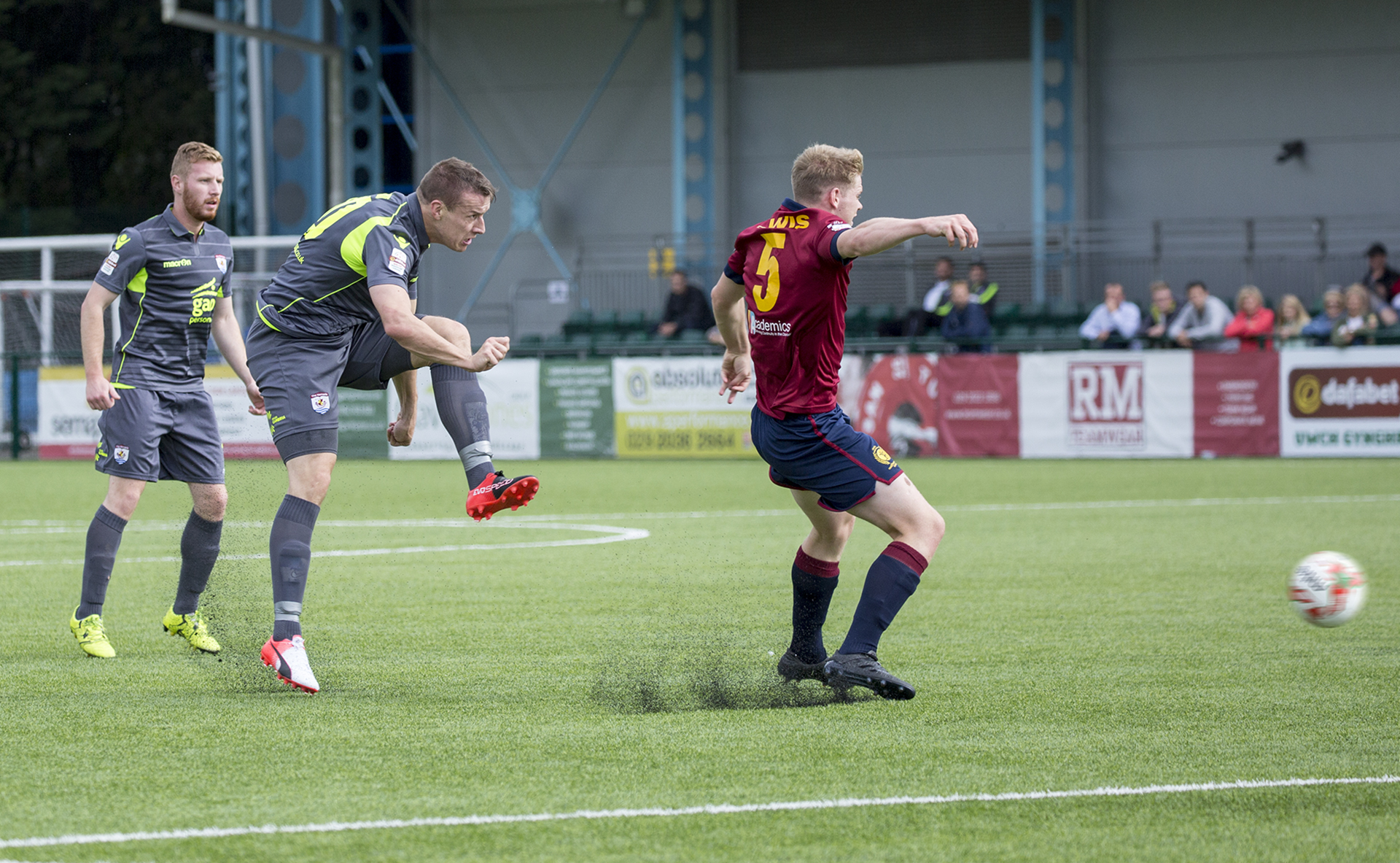 Les Davies strikes for The Nomads
