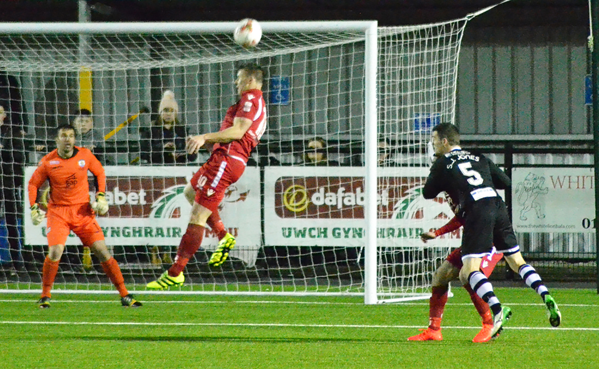 Les Davies rises highest to head clear for The Nomads - Photo courtesy of Bala Town FC