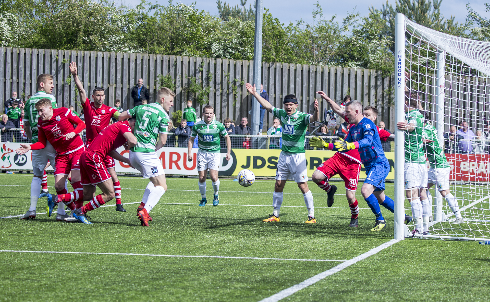 TNS players appeal for a foul | © NCM Media